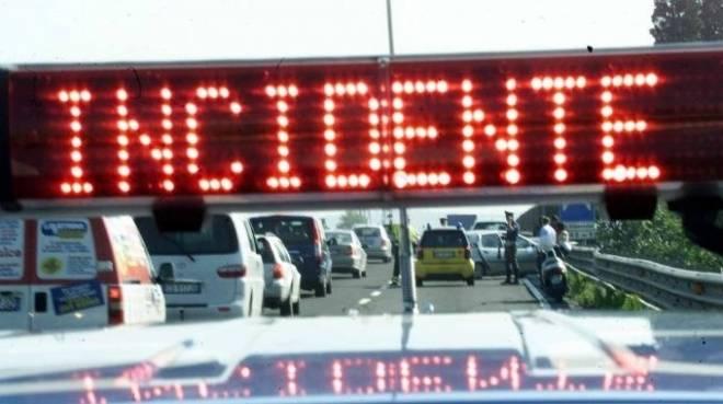 A11, incidente tra auto e furgone: un morto sulla Firenze-Mare