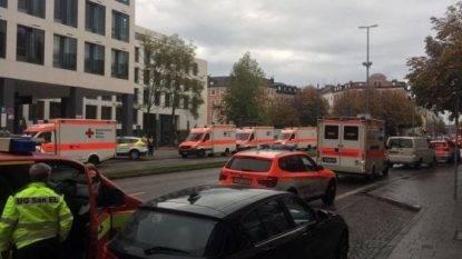 Monaco un uomo assalta la folla con un coltello, diversi feriti
