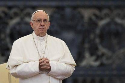 Scelti per il pranzo con il Papa ne approfittano per evadere