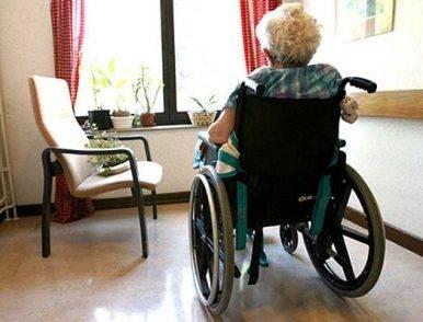 Sedie A Rotelle Torino : Anziani legati con legacci e corde alle sedie a rotelle nella