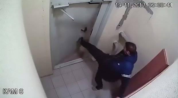 porta chiusa uomo ubriaco