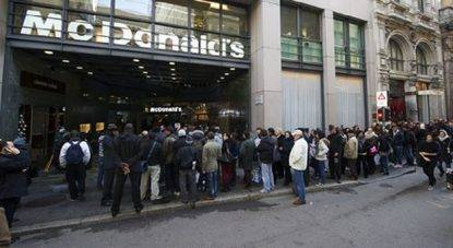 Milano, vigilante Mcdonald's accoltellato in pieno centro