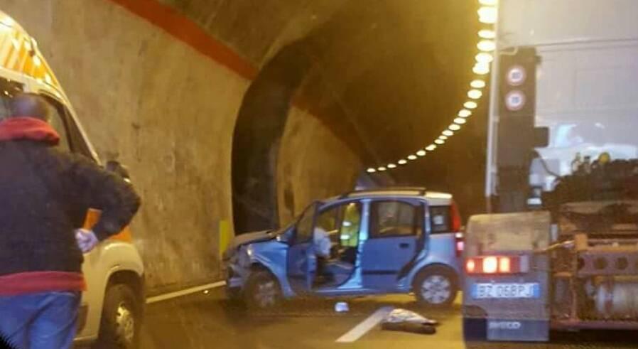 Incidente, scontro frontale tra auto e tir: un ferito