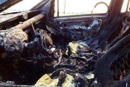 Cadavere carbonizzato sotto un'auto data alle fiamme