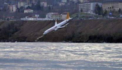 Turchia: aereo esce di pista, scivola lungo una scogliera