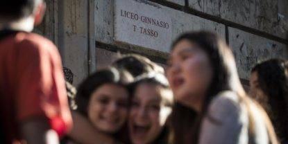 Roma, messaggi hot alle liceali: prof indagato