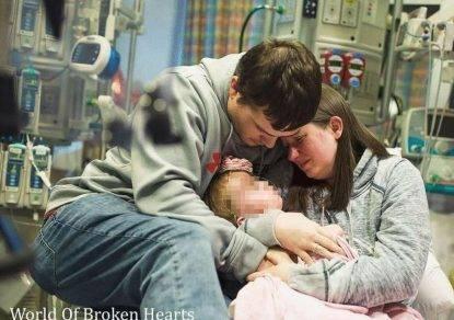 Usa, è straziante l'addio alla figlia di due anni morta aspettando il trapianto di cuore