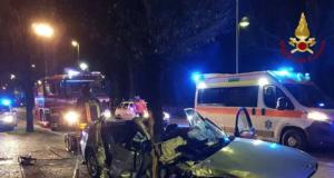Terribile schianto, l'auto contro un albero: illese 19enne, gravissima la fidanzata