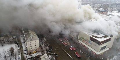 Terribile incendio nel centro commerciale, decine di morti, 41 vittime sono bambini