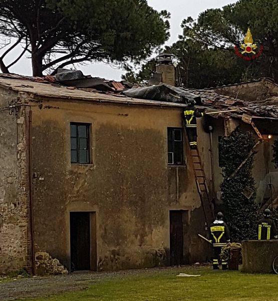 Violenta tromba d 39 aria si abbatte sulle case danni molto for Case modulari molto compatte