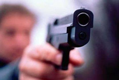 Anziana di 80 anni aggredita e palpeggiata da uno straniero: guardia giurata estrae la pistola e la salva