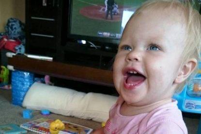 Babysitter chiude una bambina di 18 mesi nell'armadio- dopo ore, la drammatica scoperta