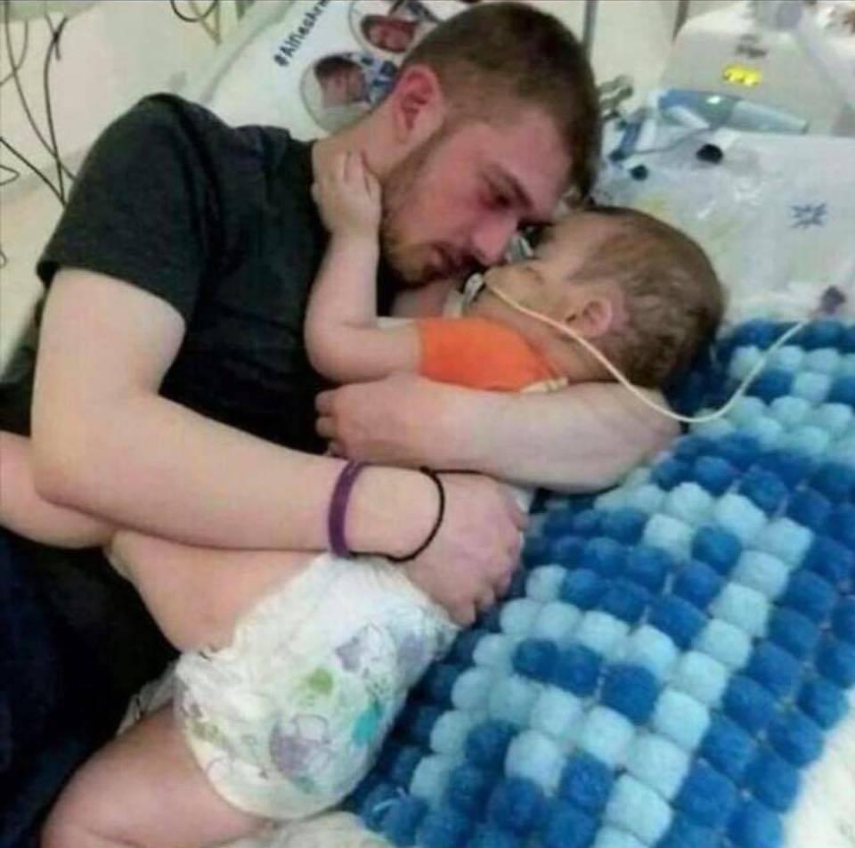 """Il padre di Alfie minaccia denunce all'ospedale: """"Questo è omicidio. Salvate mio figlio"""""""