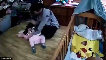 Schiaffi e pugni alla bimba per farla stare zitta, il video choc della baby-sitter