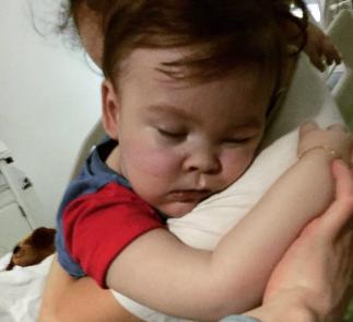 """Il piccolo Alfie è morto: l'ospedale ha staccato il nutrimento fino al decesso in Italia"""""""