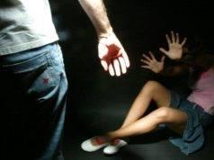 """Uomo """"regala"""" la figlia a due amici e insieme la violentano per 18 ore: arrestati"""