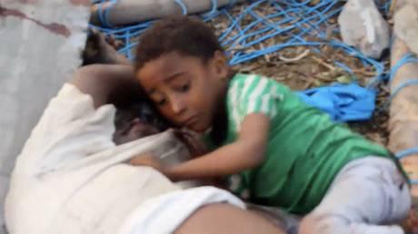 la foto del bambino che non vuole credere che il padre sia morto