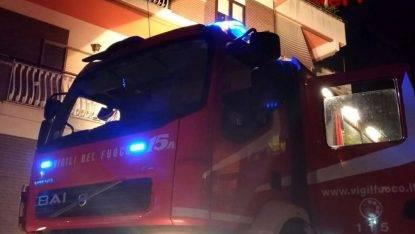 Donna uccide la figlia di 18 anni a coltellate, dà fuoco alla casa e si getta dal balcone