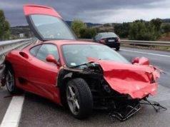 Ferrari si schianta contro un furgone