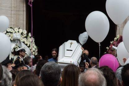"Pamela, i funerali e la bara bianca. La madre: ""Vogliamo giustizia. Me l'hanno massacrata"""
