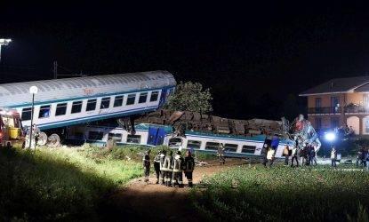 Piemonte, treno travolge un Tir e deraglia, due morti, 20 feriti