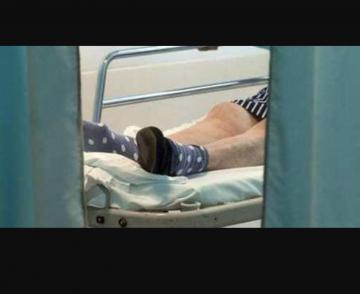 La casa di riposo degli orrori: anziana viveva reclusa in gabbia