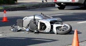 Tragico incidente, scivola dalla moto e finisce contro il bus: muore sul colpo