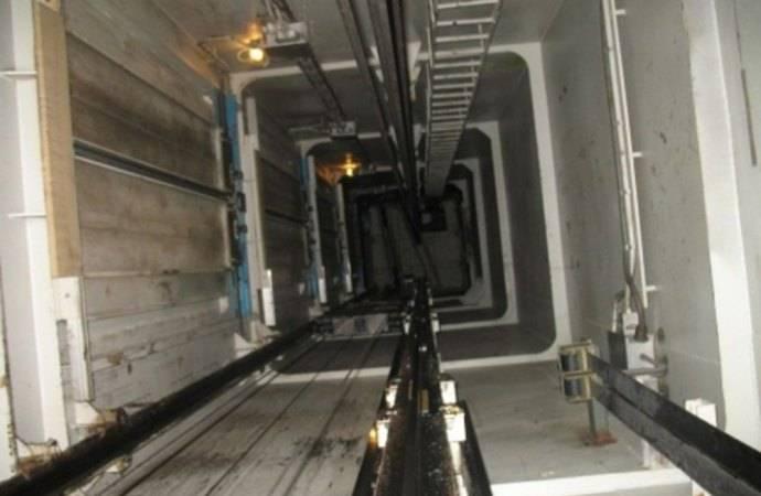 Apre la porta dell 39 ascensore ma manca la cabina 77enne for Piani di cabina contemporanei