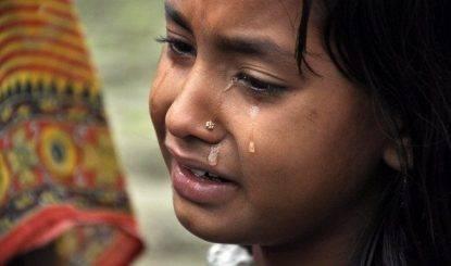 Ragazza di 16 anni stuprata dal branco e bruciata viva