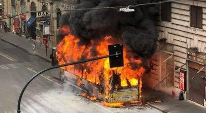 Un'esplosione, poi le fiamme. Bus ATAC a fuoco, terrore in centro a Roma