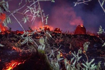 L'enorme colonna di fumo del vulcano Kilauea. Le immagini dalle Hawaii