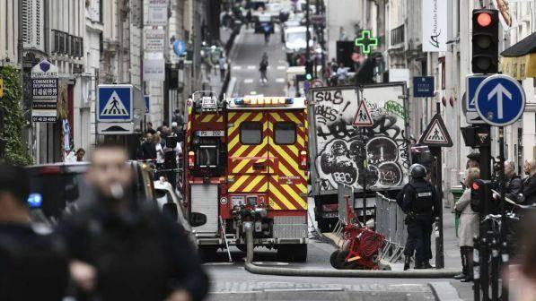 Uomo armato prende in ostaggio tre persone a Parigi