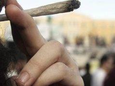 Padre dà uno schiaffo al figlio per aver fumato uno spinello: l'uomo è stato denunciato