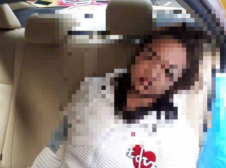 Occhio al trucco: donna si cava un occhio per truccarsi in macchina