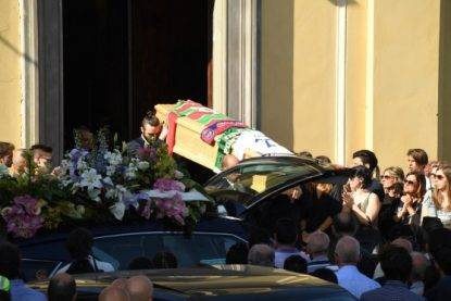 """Al funerale del calciatore parla il padre di Zini: """"Figlio mio, non dovevi farlo"""""""