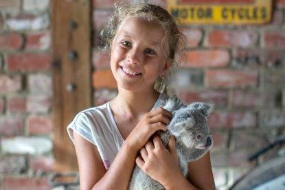"""La tenera storia di Izzy Bee: """"Riesce a comunicare in modo speciale con i koala"""""""