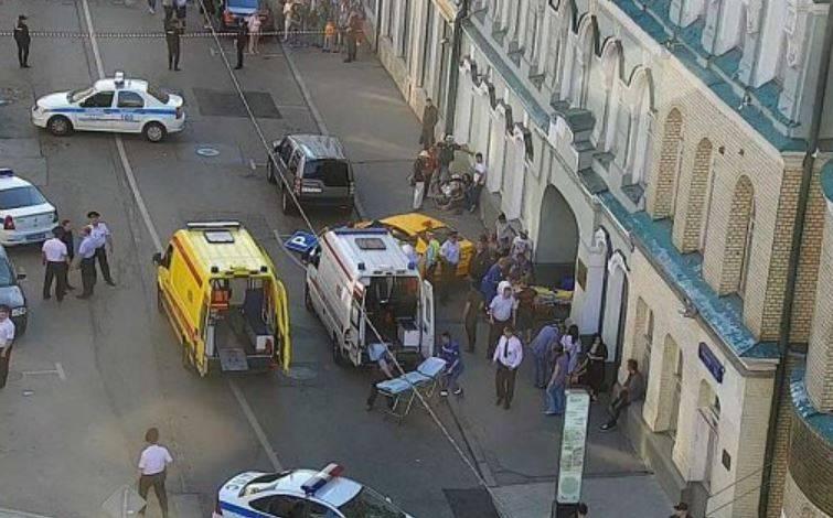 Mosca, taxi sulla folla: 7 feriti