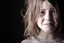 """""""Fai uscire tua figlia, voglio fare l'amore"""". Tre uomini molestano bimba di 10 anni, la denuncia del padre"""