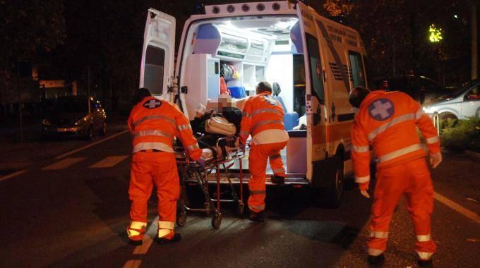 Il figlio della celebre conduttrice colpito da nove coltellate fuori dalla discoteca: è gravissimo