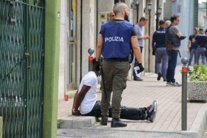 Maxi blitz alla stazione di Mestre a caccia di pusher e droga: operazione in diretta Facebook