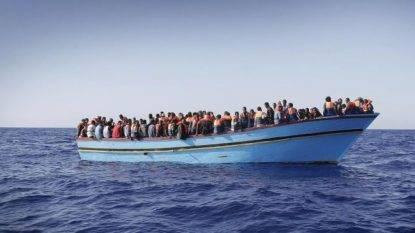 """Nave italiana soccorre 108 immigrati e li riporta in Libia. Frantoianni: """"Italia risponderà in tribunale"""""""