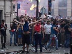 Parigi nel caos dopo i festeggiamenti: vetrine distrutte, furti nei negozi, auto incendiate e due morti