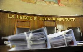 Ruba un'auto e sfugge alla polizia, ma si fa male: rom risarcito con 60mila euro e agente condannato