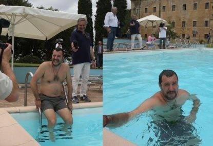 """Salvini fa il bagno in piscina nella villa sequestrata alla mafia: """"Vi sequestreremo anche le mutande"""""""