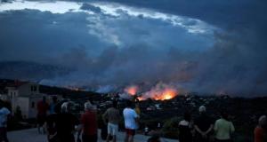 Grecia in fiamme, è strage: 56 morti. Turisti in fuga, 26 persone trovate bruciate in una casa