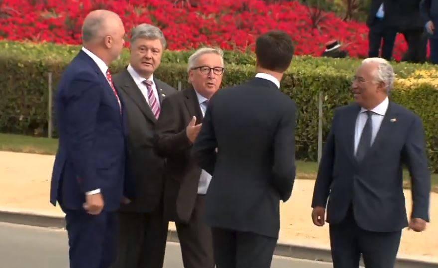 Posti In Tantissimi Nellosservare Un Video Diffuso In Queste Ore Sui Social Che Mostra Il Presidente Della Commissione Europea Jean Claude Juncker In