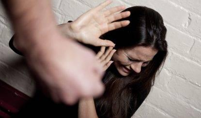 17enne che sta per essere violentata: il suo fidanzato spacca una bottiglia in testa all'aggressore e la salva