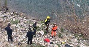 """Brescia, donna trovata nel fiume con entrambe le gambe rotte: """"Mi hanno gettato qui due uomini"""""""