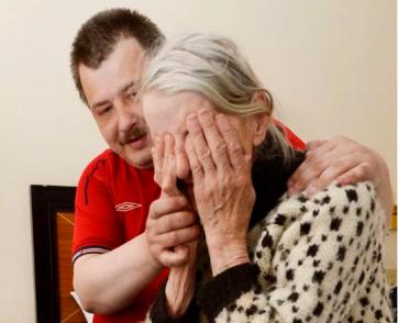 """Perde il sussidio e finisce sotto i ponti con la madre di 87 anni: """"C'erano ratti e eroinomani"""""""