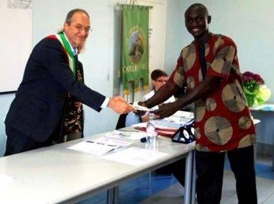 500 firme per non far espellere Fassar, l'immigrato che aiuta la comunità: firma anche il sindaco legista